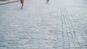 Corrida ao longo da estrada de pedra pavimentada, maratona dos atletas da cidade, close-up dos pés do ` dos corredores, competiçã vídeos de arquivo