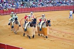 Corrida cuadrillas排成纵列前进在Real Maestranza de Caballeria 库存照片