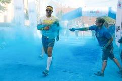 A corrida da cor é uma raça hospedada mundial do divertimento imagens de stock royalty free