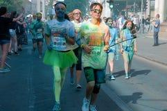 A corrida da cor é uma raça hospedada mundial do divertimento Foto de Stock