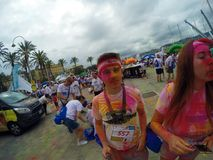 Corrida da cor, 5 quilômetros a correr avante ou andando, com explosões de pós, de jogos e de lotes coloridos da música Foto de Stock