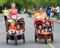 Corrida da corrida 5K das mamãs Foto de Stock Royalty Free