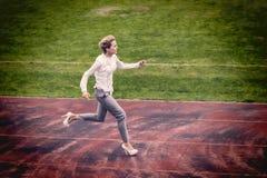 Corrida da mulher de negócios exterior em uma pista de corridas Foto de Stock Royalty Free