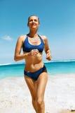 Corrida da praia Mulher da aptidão no biquini que corre no verão fotografia de stock