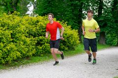 Corrida de dois atletas dos homens/que movimenta-se fotografia de stock royalty free