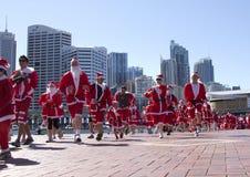 Corrida de la diversión de Santa Foto de archivo libre de regalías