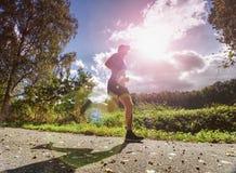 A corrida do homem na floresta o corredor atlético do homem imagens de stock