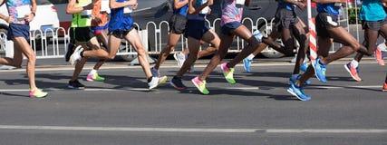Corrida dos pés dos corredores de maratona fotos de stock