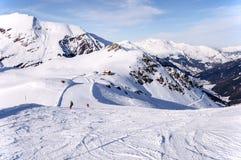 Corrida e cabana de esqui nos cumes Imagem de Stock Royalty Free