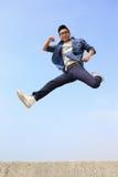 Corrida e salto felizes do homem foto de stock