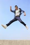 Corrida e salto felizes do homem fotos de stock royalty free