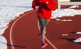 Corrida em uma trilha cercada pela neve Imagens de Stock