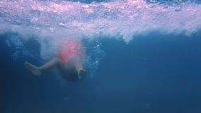 Corrida na associação da corrediça de água no movimento lento vídeos de arquivo