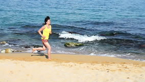Corrida na praia video estoque