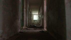 Corrida no corredor na casa abandonada Tiro constante liso e lento da came video estoque