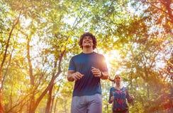 Corrida - pares que movimentam-se e que correm fora no treinamento saudável do estilo de vida da natureza foto de stock royalty free