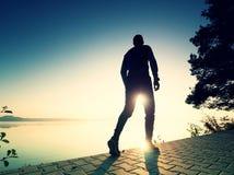 Corrida regular no lago Sprinting do corredor do homem exterior na natureza cénico fotografia de stock