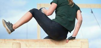 Corrida sobre a raça da fêmea dos obstáculos Fotografia de Stock