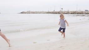 Corridas alegres da menina ao longo do litoral filme