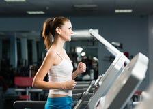 Corridas atrativas da jovem mulher em uma escada rolante Imagens de Stock Royalty Free