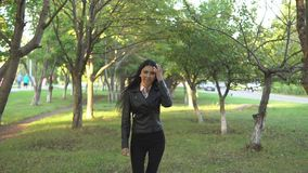 Corridas bonitas novas da mulher no parque do outono video estoque