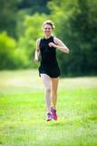 Corridas da jovem mulher no parque Foto de Stock