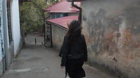 Corridas da menina abaixo da rua video estoque