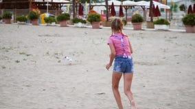 Corridas da menina após a gaivota video estoque