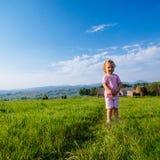 Corridas da menina através de um prado bonito imagem de stock royalty free