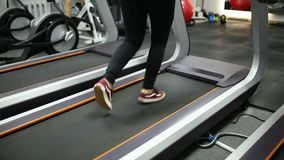 Corridas da menina na escada rolante no gym vídeos de arquivo