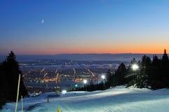 Corridas de esquí de la noche de la montaña del urogallo Imágenes de archivo libres de regalías