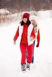 Corridas de las muchachas en el parque del invierno Imagen de archivo