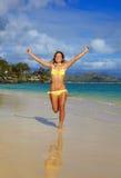 Corridas del adolescente a lo largo de la playa Foto de archivo libre de regalías