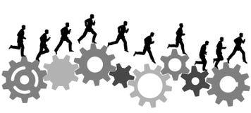 Corridas del hombre de negocios en los engranajes industriales de la máquina Imagenes de archivo