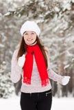 Corridas deportivas de la mujer en el parque del invierno Foto de archivo libre de regalías