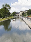 Corridas do rio através de uma cidade Foto de Stock