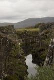 Corridas do rio com o fluxo de lava em Islândia Fotos de Stock