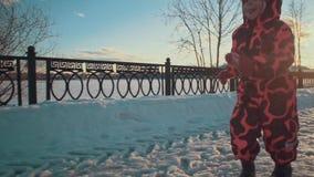 Corridas felizes da menina nos trajetos da neve no parque video estoque