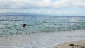 Corridas felizes dos childs a nadar vídeos de arquivo