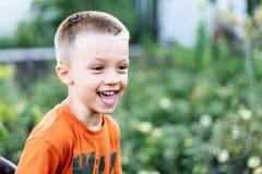 Corridas sujas alegres do menino na rua foto de stock royalty free