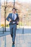 Corridas urgentes do homem de negócios na cidade Foto de Stock Royalty Free