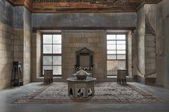 Corridoio al palazzo di principe Taz con la parete di mattoni di pietra decorata dalla calligrafia con due finestre, la sedia sto immagine stock libera da diritti