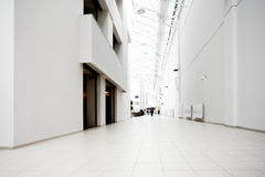 Corridoio bianco del centro dell'ufficio Immagini Stock Libere da Diritti