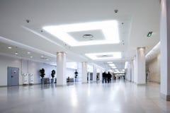 Corridoio bianco del centro dell'ufficio Fotografie Stock Libere da Diritti