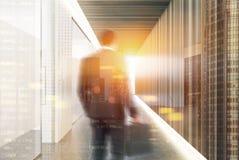 Corridoio bianco e di legno dell'ufficio, uomo Fotografia Stock Libera da Diritti