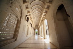 Corridoio con gli archi all'interno di grande moschea nell'Oman Fotografie Stock