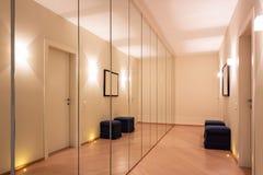 Corridoio con i guardaroba e gli specchi immagine stock
