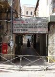 Corridoio con l'ebreo ultra ortodosso e la richiesta per modestia Fotografia Stock