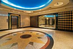 Corridoio con l'elevatore dell'hotel lussuoso Fotografia Stock