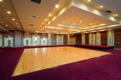 Corridoio con la pista da ballo di legno Immagine Stock
